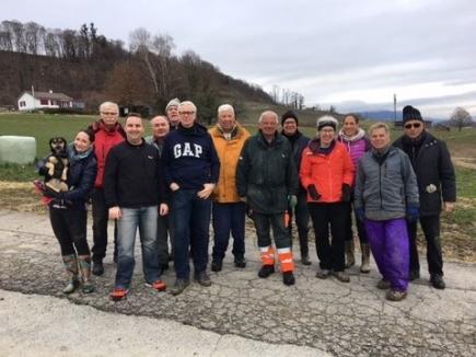 Rotarierinnen und Rotarier in Aktion beim Pflanzen der Heckensträucher in Tschugg